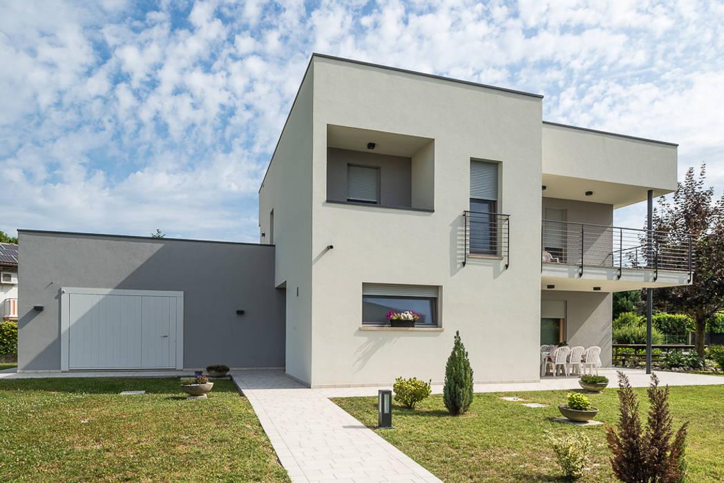 Architettura moderna: Casa di legno in stile  di Woodbau Srl