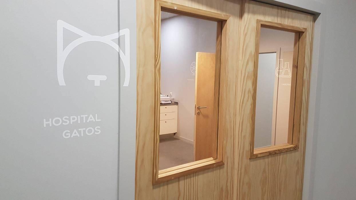 Больницы в . Автор – MIA arquitetos, Минимализм Дерево Эффект древесины