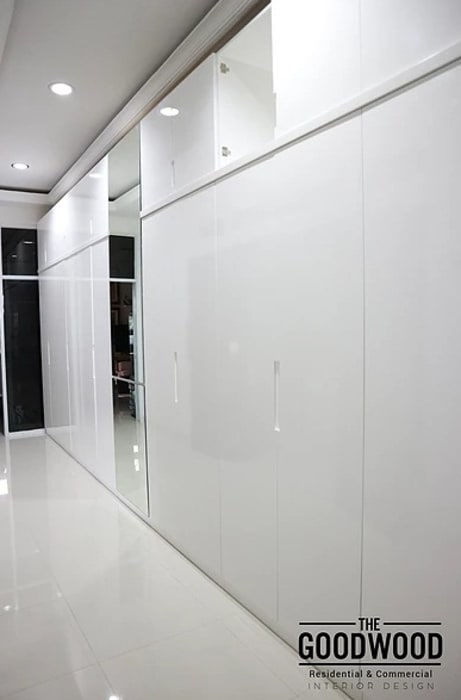 Minimalist dressing room by The GoodWood Interior Design Minimalist