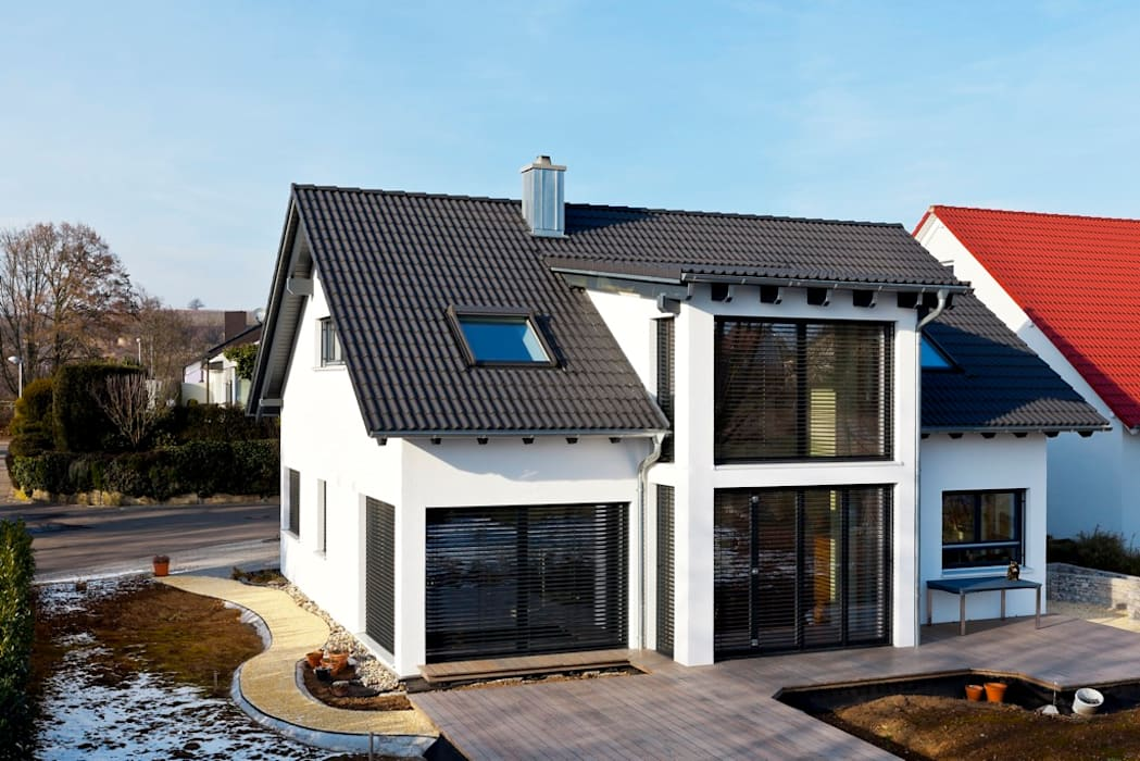 """Holzhaus """"Kalmar"""" - ökologisches bauen mit großen Glasflächen und Putzfassade homify Holzhaus Holz Weiß"""