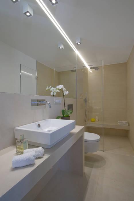 JVL : Bagno in stile in stile Moderno di Chantal Forzatti architetto