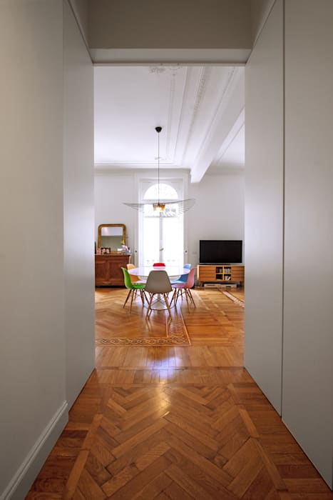 Couloir, entrée, escaliers modernes par Chantal Forzatti architetto Moderne Bois massif Multicolore