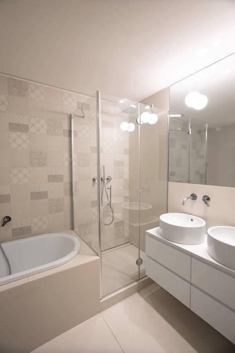 Salle de bains de style  par Chantal Forzatti architetto, Moderne Tuiles