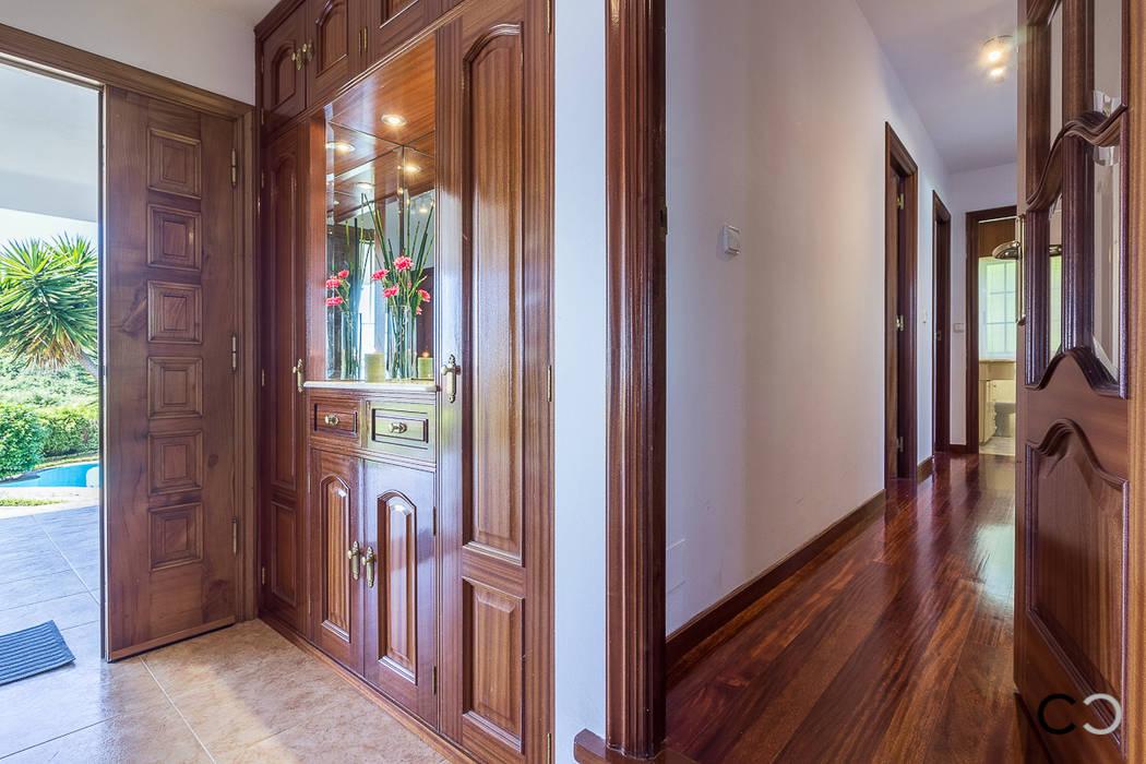 PASILLO Pasillos, vestíbulos y escaleras de estilo moderno de CCVO Design and Staging Moderno