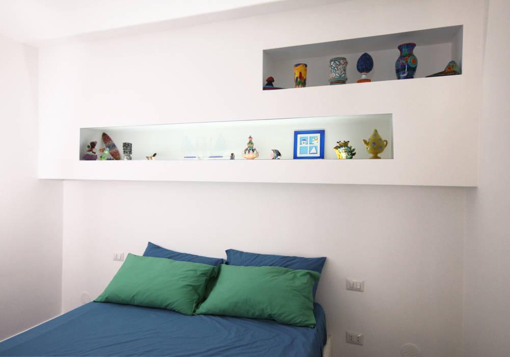 Casa a Positano - camera da letto: Camera da letto in stile in stile Mediterraneo di archielle