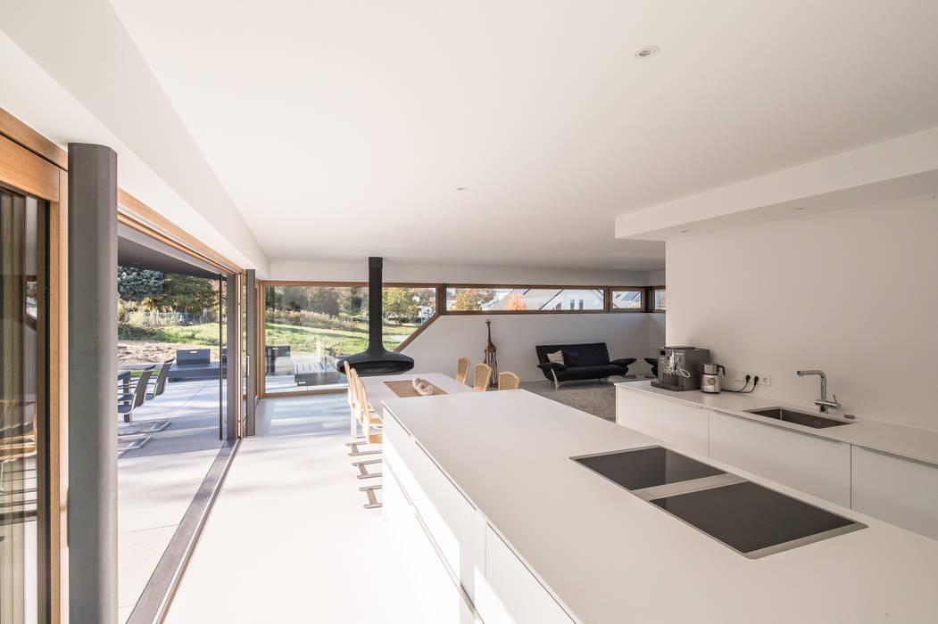 Haus DN:  Küchenzeile von Henecka Architekten