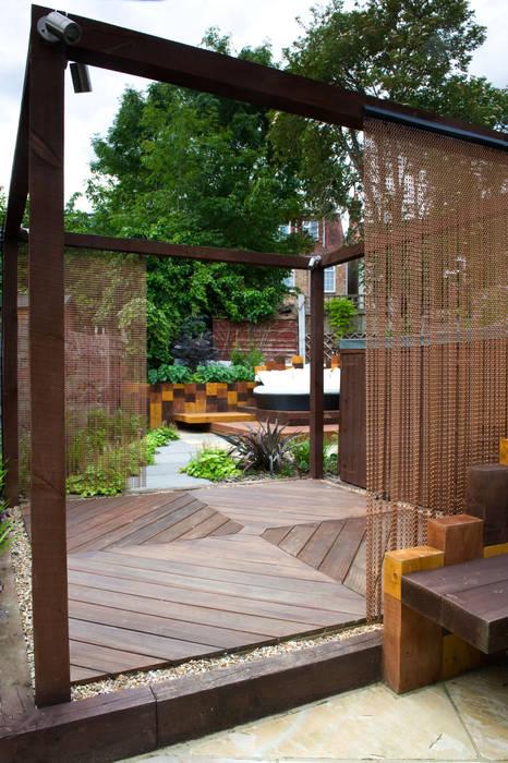 Decked area:  Garden by Earth Designs