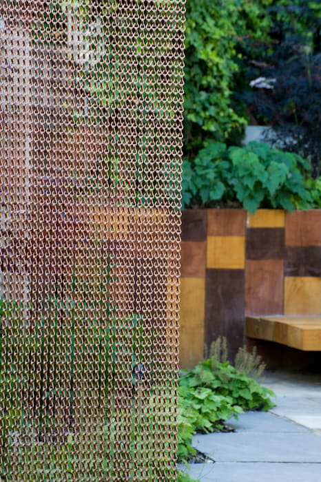 Chain curtain and stained railway sleepers:  Garden by Earth Designs