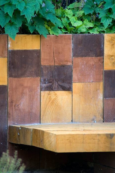 Railway sleeper wall with trio of stained blocks: modern Garden by Earth Designs