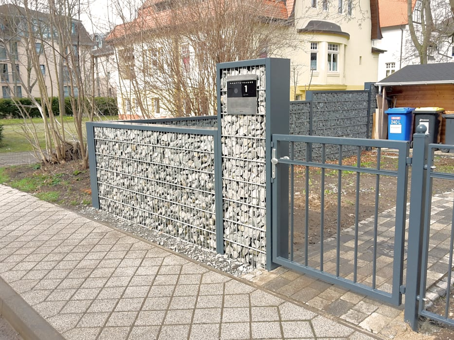 In den Gabionenzaun integrierter Durchwurf-Briefkasten:  Vorgarten von Steelmanufaktur Beyer