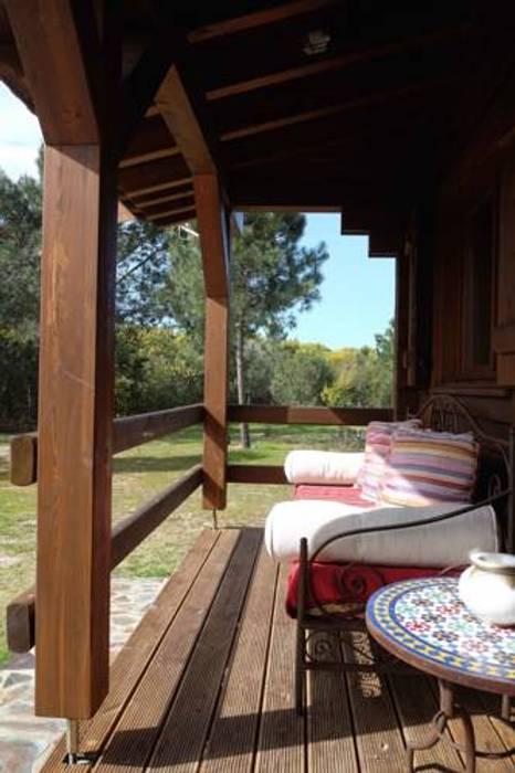Balkon, Beranda & Teras Gaya Country Oleh Rusticasa Country Parket Multicolored