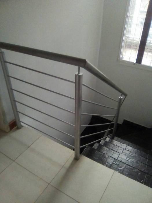 Barandas para escaleras. Pasillos, vestíbulos y escaleras de estilo clásico de omarfranco57 Clásico Hierro/Acero