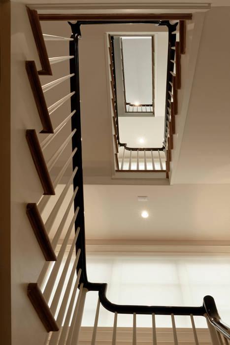 Pasillos, vestíbulos y escaleras de estilo clásico de BOWA - Design Build Experts Clásico