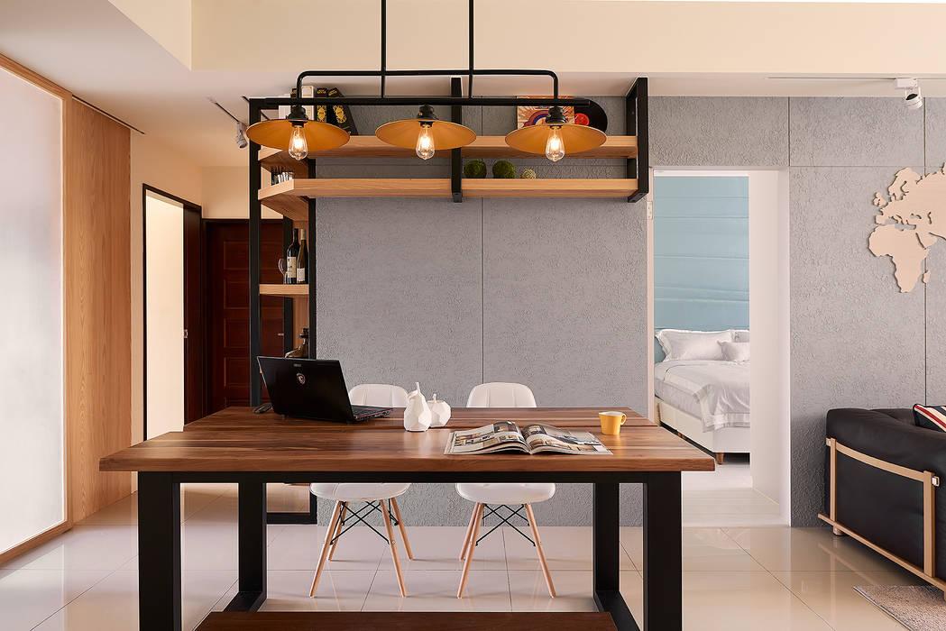 餐廳與主臥隱藏門(開):  餐廳 by 趙玲室內設計