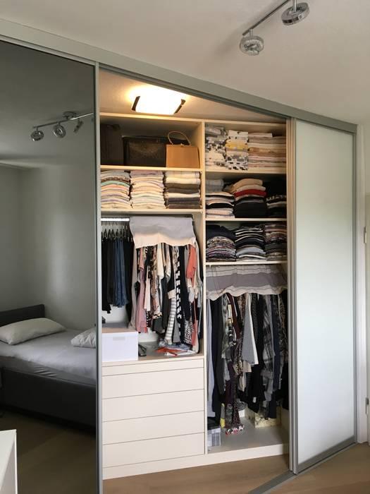 Begehbarer kleiderschrank mit front glas weiß und spiegel ...