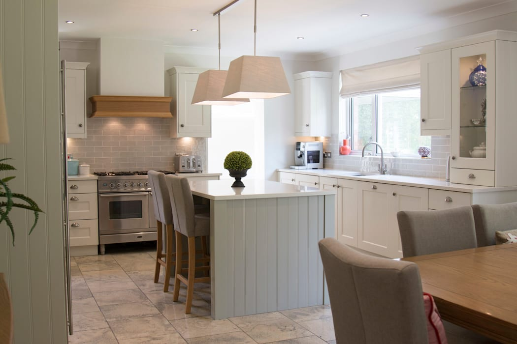 Large Classic Kitchen with Island:  Built-in kitchens by ADORNAS KITCHENS