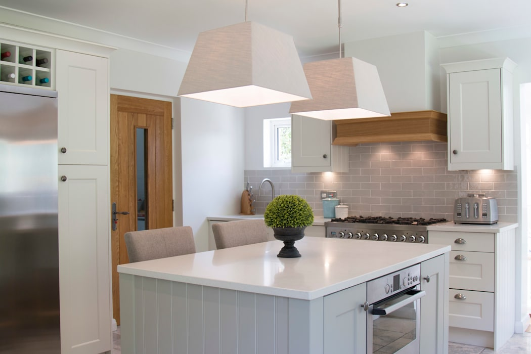 Classic Style Pendant Lighting:  Built-in kitchens by ADORNAS KITCHENS