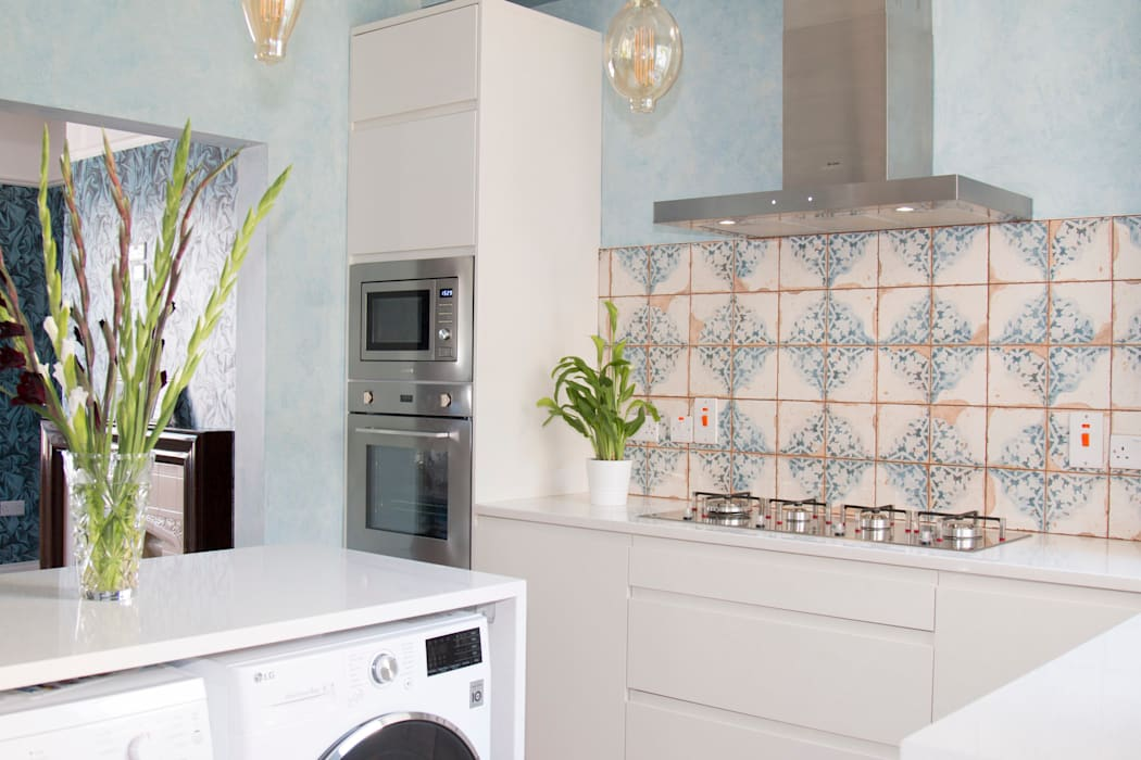 A small kitchen, with practical design.:  Built-in kitchens by ADORNAS KITCHENS