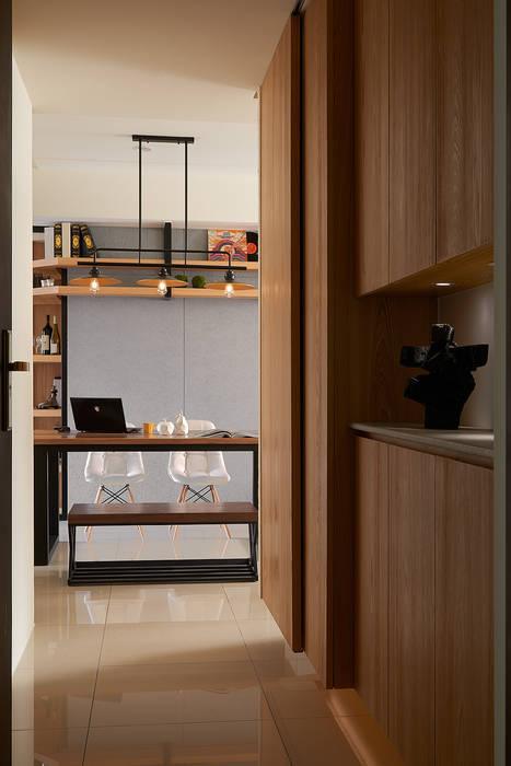 玄關入口:  走廊 & 玄關 by 趙玲室內設計