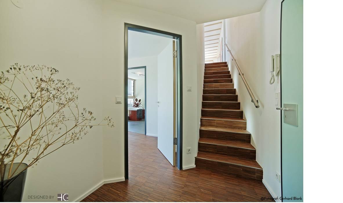 Münchner home staging Agentur GESCHKA Minimalist corridor, hallway & stairs Grey