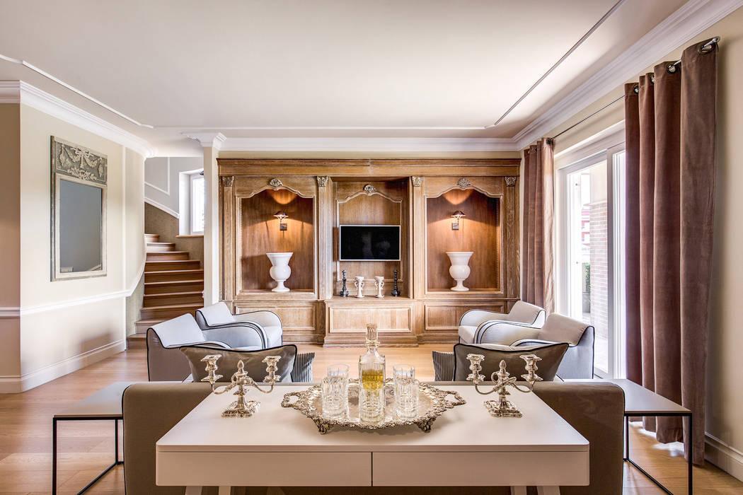 Villa aprilia lt soggiorno in stile di studio guerra for Casa classica villa medici