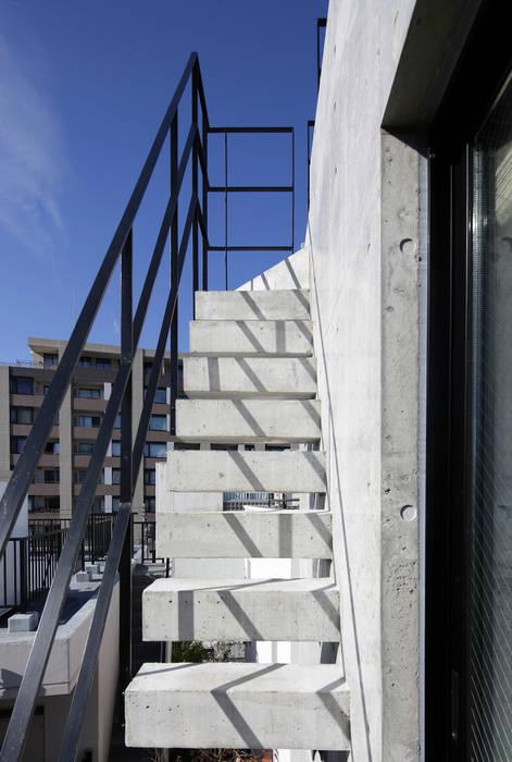 恵比寿の自邸+アトリエ 屋上への階段 の Koshigoe Architects 腰越耕太建築設計事務所 モダン コンクリート