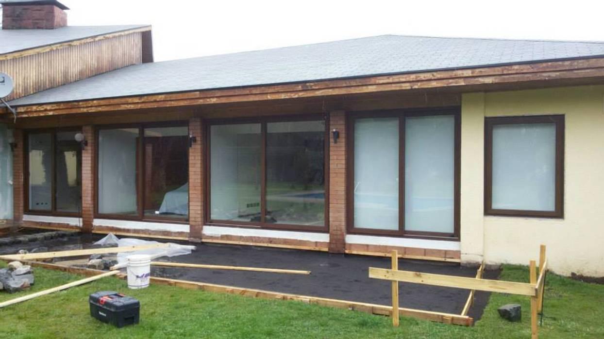 ventanales pvc Casas de estilo clásico de telviche Clásico