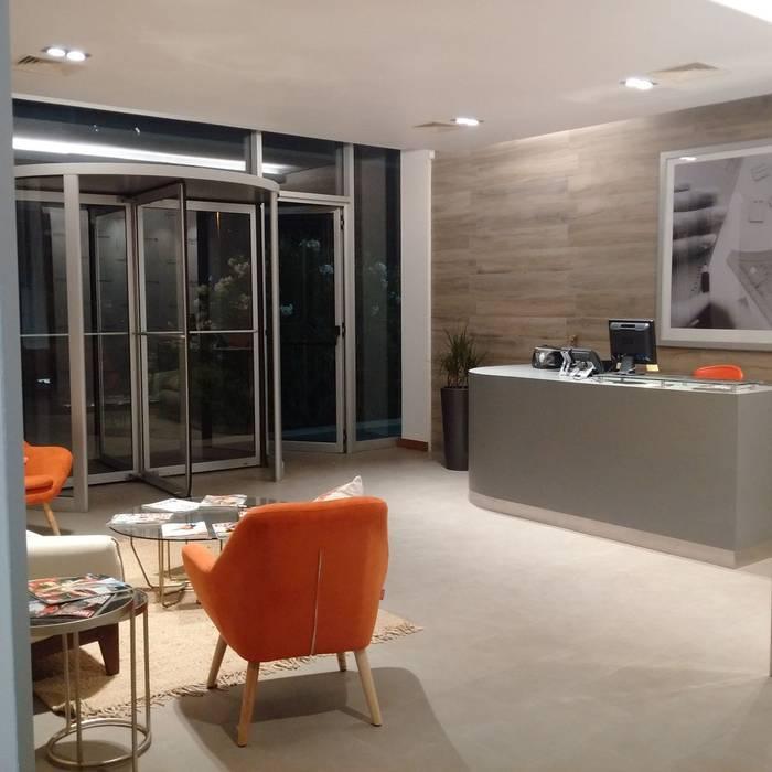 HABILITACION OFICINAS INALEN- ENEA: Pasillos y hall de entrada de estilo  por AOG SPA
