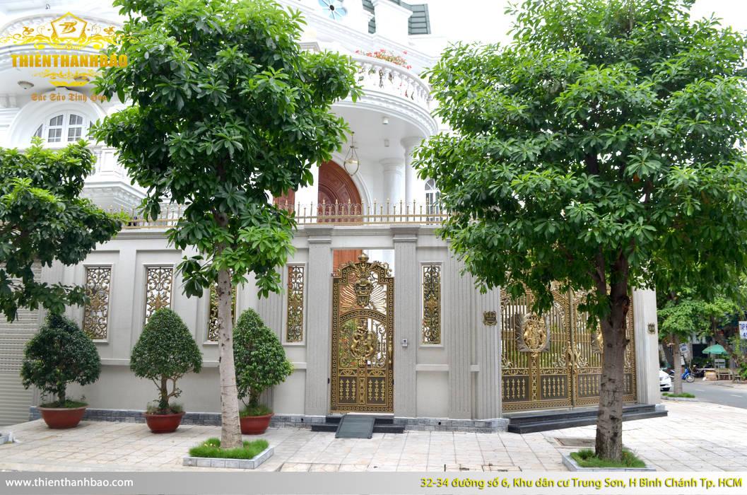 Cổng nhôm đúc buckingham thoáng:  Biệt thự by Cổng nhôm đúc Thiên Thanh Bảo