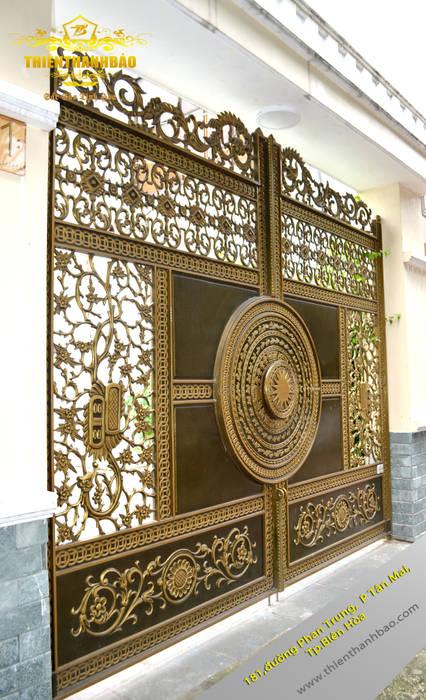 Cổng nhôm đúc trống đồng:  Biệt thự by Cổng nhôm đúc Thiên Thanh Bảo