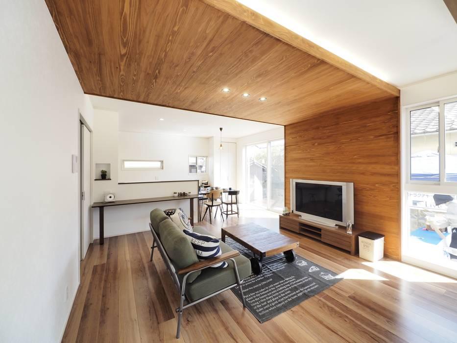Salas / recibidores de estilo  por  Live Sumai - アズ・コンストラクション -, Moderno