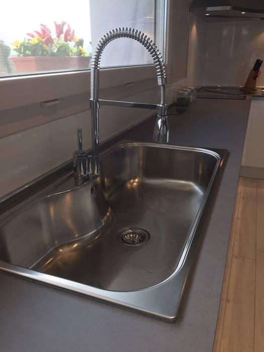 Particolare del lavello monovasca in acciaio inox: cucina in stile ...