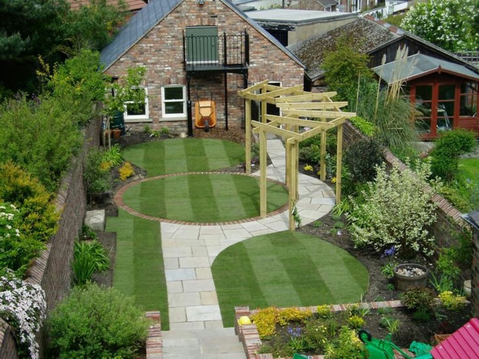 Small residential garden design:  Garden by Town and Country Gardens