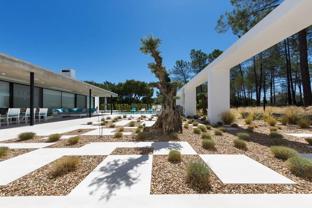 Villa Almancil: Jardins  por Jardíssimo