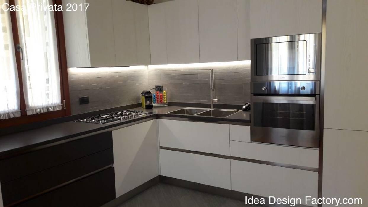 Vista cucina con led sottopensile: cucina attrezzata in stile di ...
