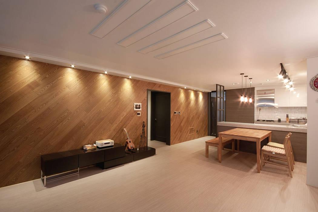 30평대 아파트 인테리어 -  전주 엘드 수목토 아파트 - 디자인투플라이: 디자인투플라이의  거실,