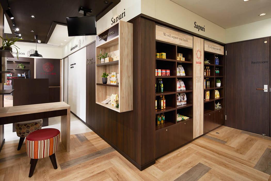 de 株式会社Juju INTERIOR DESIGNS Ecléctico Compuestos de madera y plástico