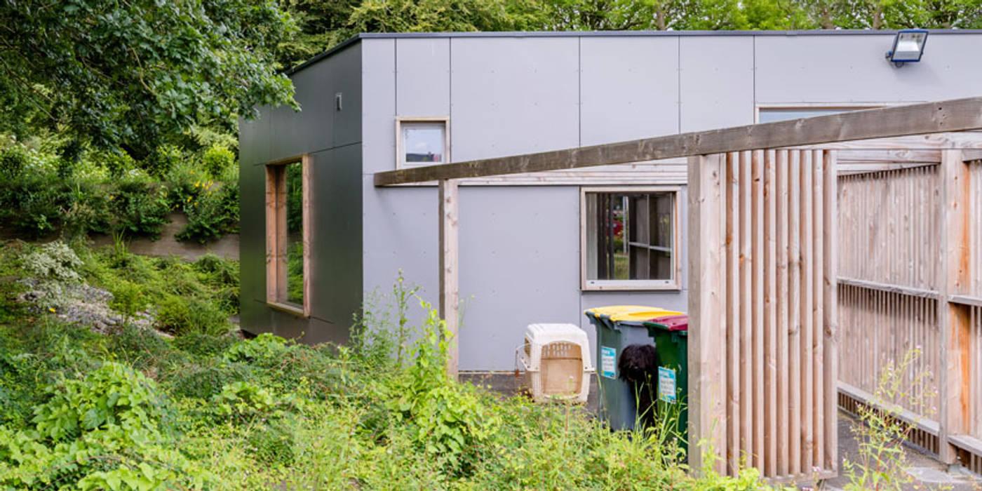 Construction d'un cabinet dentaire: Bureau de style de style Moderne par Trace & Associes architecture