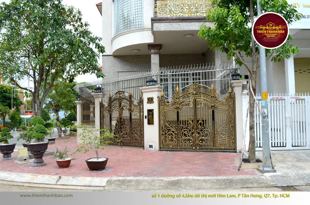 Cổng nhôm đúc hoa lá tây:  Biệt thự by Cổng nhôm đúc Thiên Thanh Bảo