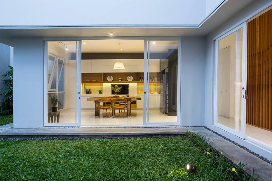 kbp house e.Re studio architects Balkon, Beranda & Teras Modern
