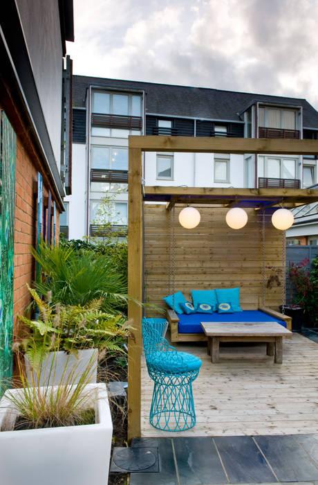 Seat and swing in courtyard garden: modern Garden by Earth Designs