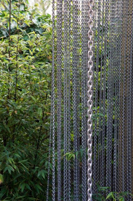 Chain curtain: modern Garden by Earth Designs