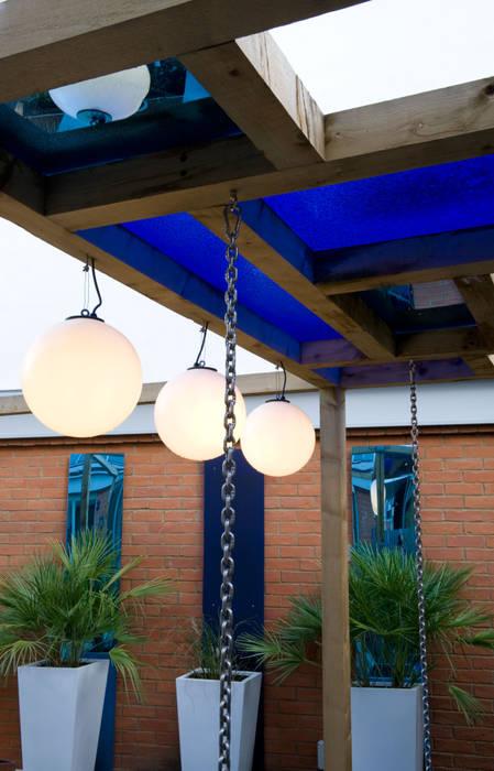 Pergola and globe lights: modern Garden by Earth Designs
