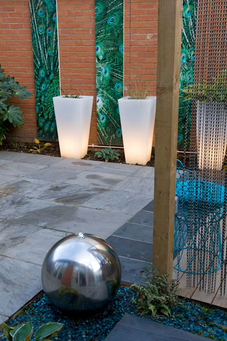 Steel water feature and paving: modern Garden by Earth Designs