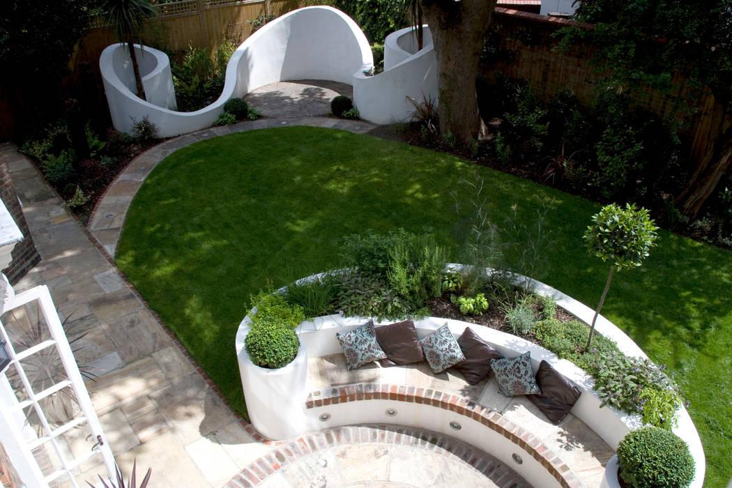Curved garden design:  Garden by Earth Designs