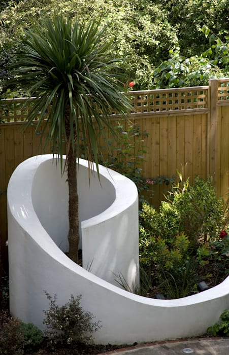 Curved wall:  Garden by Earth Designs