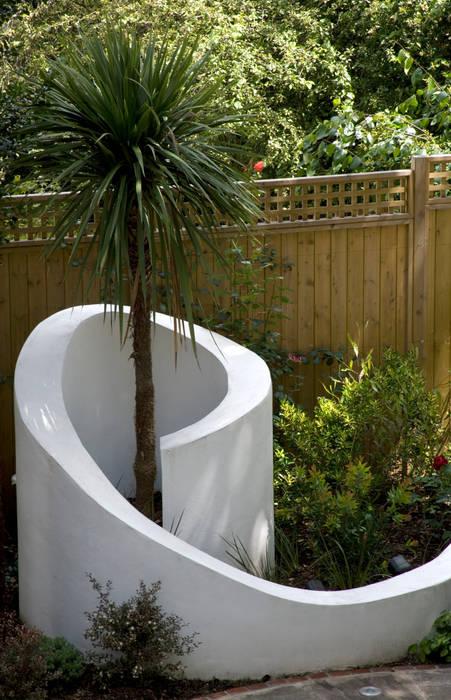 Curved wall: mediterranean Garden by Earth Designs