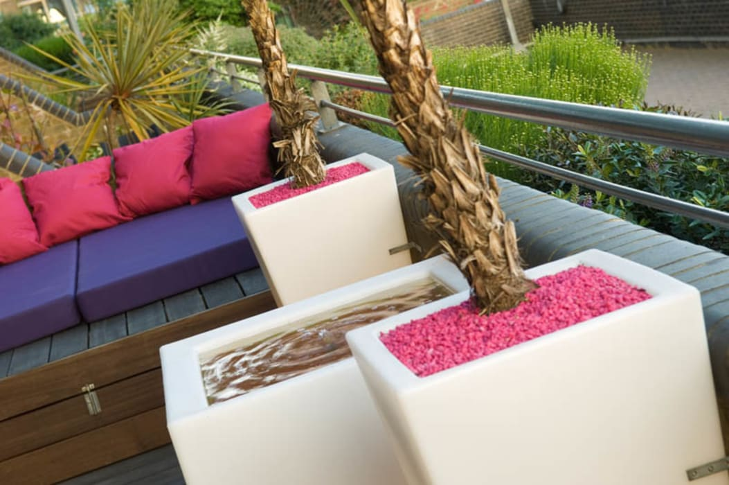 Illuminated planters and water feature: modern Garden by Earth Designs