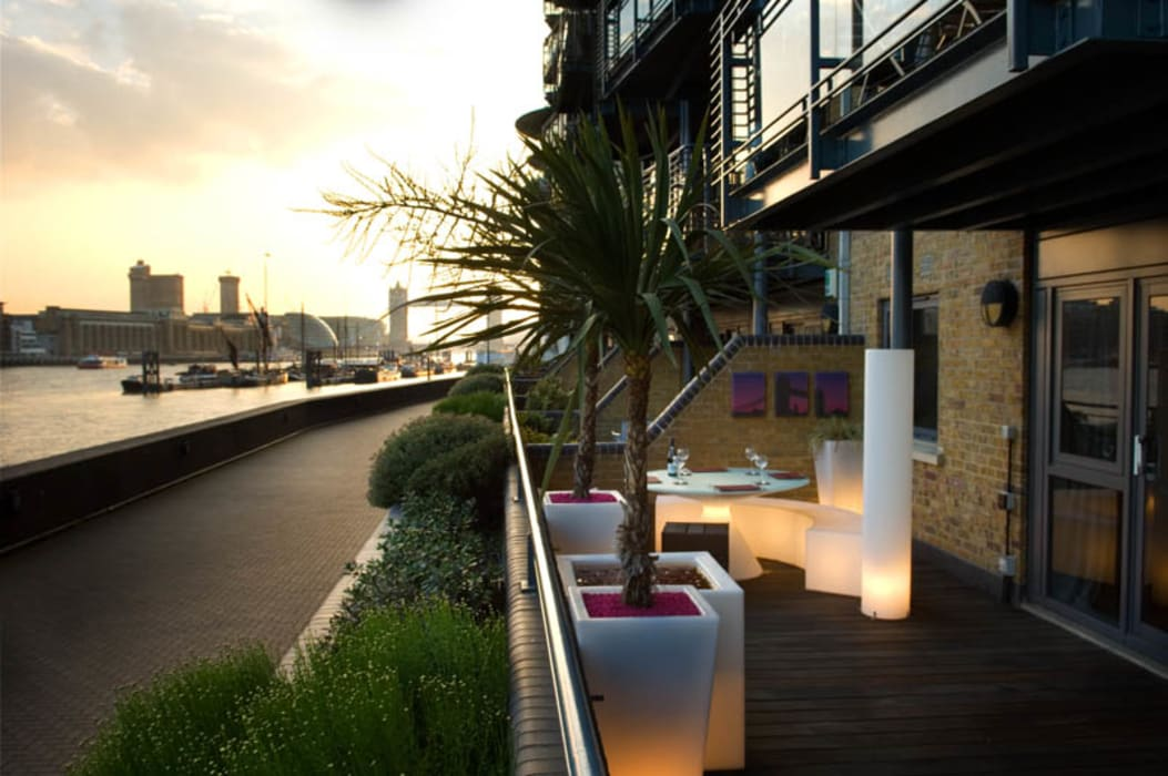 View to Tower Bridge from roof garden:  Garden by Earth Designs