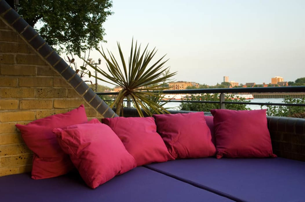 Daybed and outdoor cushions:  Garden by Earth Designs
